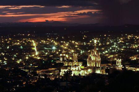 フォア グラウンドでラや (教会の聖 Michhael 天使) とサン Miguel ・ デ ・ アジェンデの歴史的なメキシコの都市。