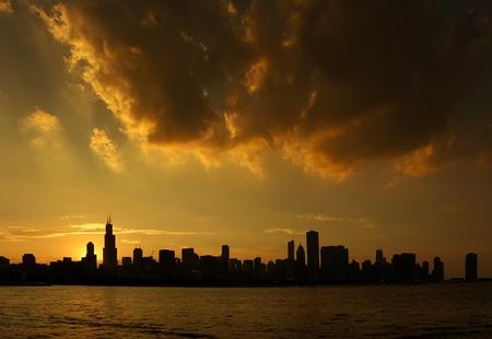 2011 年 7 月 9 日の日没時のシカゴ、イリノイ州のスカイラインのシルエット。