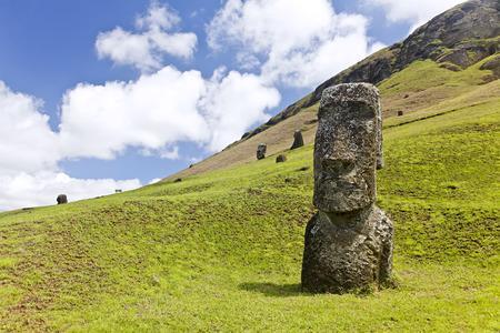 rapa nui: Moai en el Parque Nacional Rapa Nui en las laderas del volc�n Rano Raruku en la Isla de Pascua, Chile.