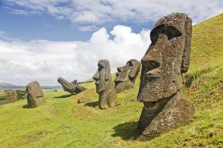 モアイ Rano Raruku イースター島、チリの火山の斜面にラパ ・ ヌイ国立公園内。
