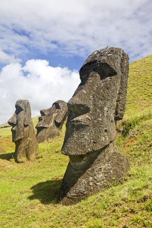rapa nui: Moais en el Parque Nacional Rapa Nui en las laderas del volcán Rano Raruku en la Isla de Pascua, Chile. Foto de archivo