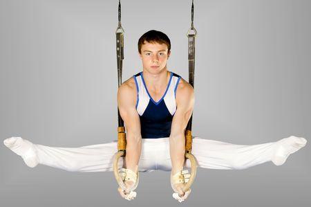 gimnasia: El deportista el chico, realiza ejercicio dif�cil, Gimnasia de deportes Foto de archivo
