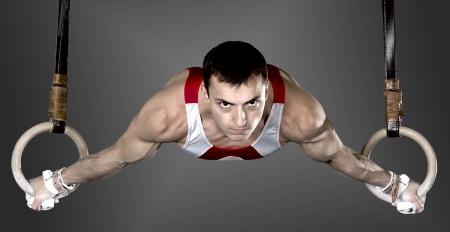 gymnastik: Den idrottsman killen, genomför svår övning, sportgymnastik Stockfoto