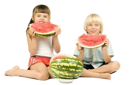 ni�os comiendo: dos ni�os comer sand�a y sonrisa, sobre fondo blanco, aislado  Foto de archivo