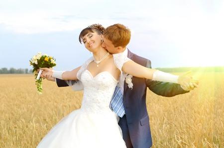 pareja de esposos: Cutie feliz pareja casada en la naturaleza, en el campo de la rebanada, abrazar y sonre�r