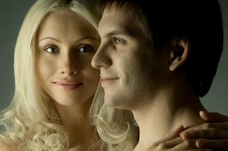 bloke: bel ragazzo sexy faccia molto vicino con pretty woman, su sfondo grigio Archivio Fotografico