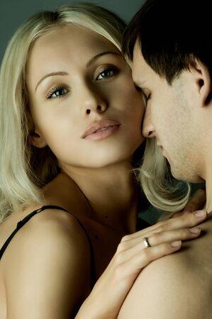 bloke: ragazzo con pretty woman, coppia felice, viso molto vicino, ragazza sguardo sulla fotocamera
