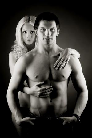 bloke: muscolare bel ragazzo sexy con bella donna su foto di sfondo scuro, grigio