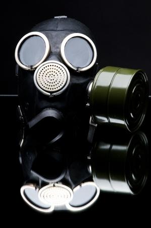 gasmask: maschera antigas nera su sfondo scuro, close up, foto verticale