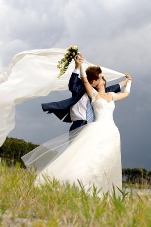 besos apasionados: beso de la pareja casada feliz bella naturaleza, soplo de viento, caliente