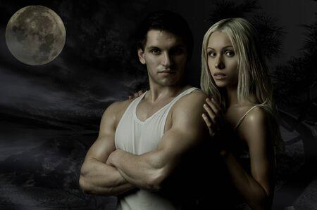 fitness hombres: los antecedentes de muscular guapo chico sexy con linda mujer en oscuridad, mira en c�mara