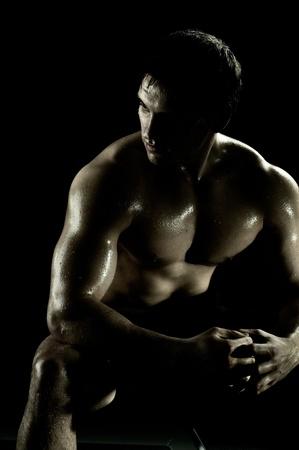 fitness hombres: resto de tipo deportivo muy poder ejecutar despu�s de ejercicio, sobre fondo negro