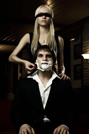 augenbinde: sch�ne Jugend Frau mit Augenbinde, Get Kerl gef�hrliche Rasiermesser rasieren