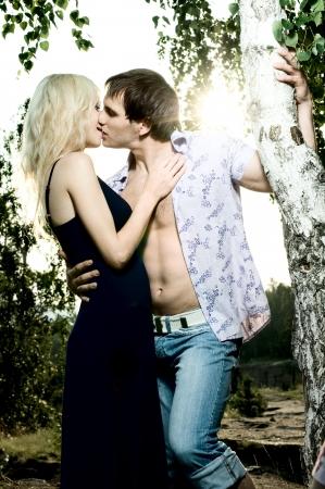 besos apasionados: fecha de la noche rom�ntica de la naturaleza, en la pareja beso hermosa puesta de sol