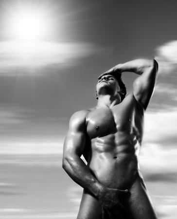 nackter junge: die sehr muskul�s sch�n sexy Kerl auf dunklem Hintergrund, Haltung