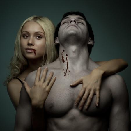 vampira sexy: muscular chico guapo sexy mujer vampiro con bastante, sobre un fondo oscuro, la luz glamour