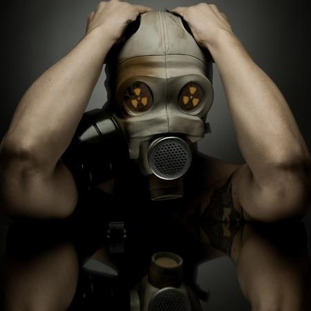 gasmask: uomo in maschera antigas sfondo ongray, radiazioni e anti-gas concetto di protezione