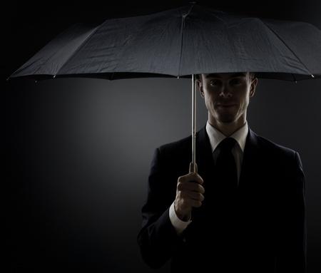 vigilante de seguridad: el retrato del hombre hermoso traje en color negro, especial-agente de servicio o cuerpo de guardia