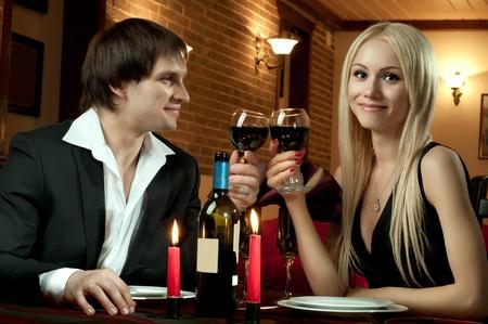 dattes: date de soir�e romantique en chambre d'h�tel, ou un souper au restaurant, couple heureux avec un verre de vin