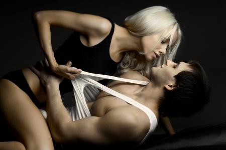 sexy young girls: мышечной красивый сексуальный парень с довольно женщиной, на темном фоне, гламур света
