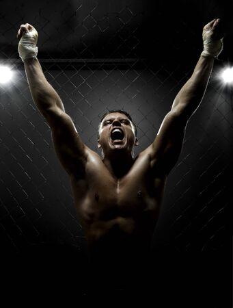 boxeadora: Foto vertrical muscular, joven luchador callejero, triunfante grito gritos, luz dura