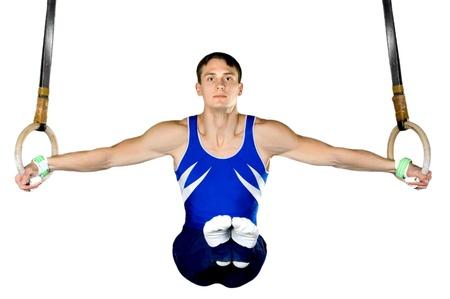 El deportista del hombre, lleva a cabo ejercicio difícil, gimnasia deportiva, en el fondo blanco, aislados
