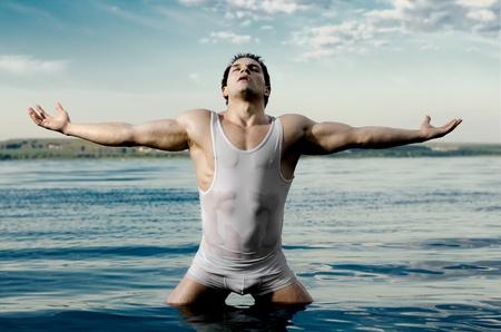 jungen unterwäsche: die sehr muskul�s sch�n sexy Kerl auf Himmel und Meer Hintergrund Lizenzfreie Bilder