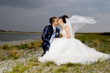 besos apasionados: Cutie feliz pareja se casó en la naturaleza, el viento soplo, un beso caliente Foto de archivo