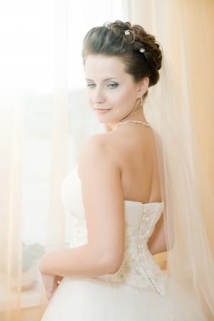약혼녀: 흰 드레스에 수직 결혼식 초상화의 beautifull 약혼녀, 부드러운 빛 스톡 사진