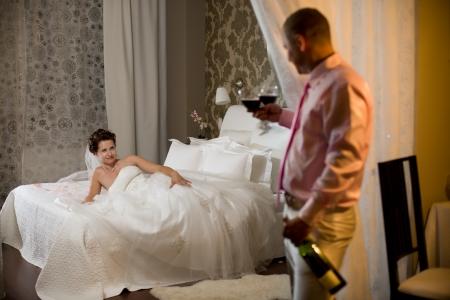 pas getrouwd stel in hotelkamer, romantiek huwelijksnacht