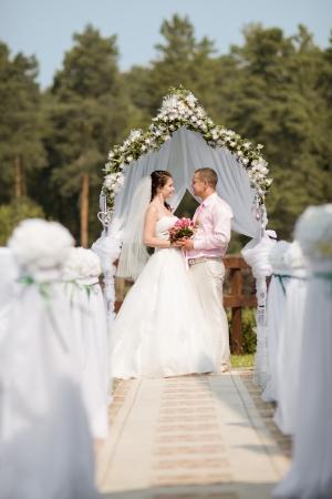 結婚式: 幸せな新しく結婚されていたカップル結婚、屋外の挙式の上