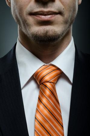el traje belleza negocios negro con corbata naranja, primer plano Foto de archivo
