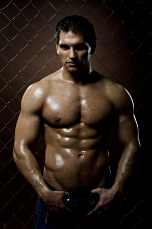 m�nner nackt: die sehr muskul�s sch�n sexy Kerl auf dunkelbraunem Hintergrund, strengen Look