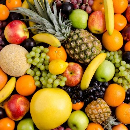 nutrici�n: todav�a la vida de grandes mont�n multicolor frutas, fondo cuadrado Foto de archivo