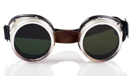 blackout: Blak gelast beschermende bril op geïsoleerde witte achtergrond, close-up