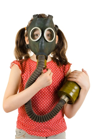 contaminacion ambiental: foto vertical ni�a peque�a en la m�scara de gas, sobre fondo blanco, aislado Foto de archivo