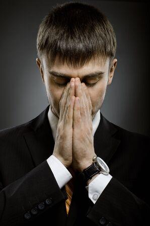 arrepentimiento: el retrato del hombre de negocios ambicioso en duelo traje negro y orando