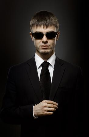 rigorous: Ritratto di un uomo bello in costume nero, speciale servizio agente o guardia del corpo