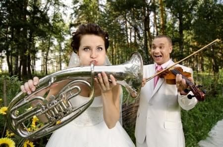약혼녀: 약혼녀 바이올린, 신랑 재생 나팔을 불어 결혼식 유머