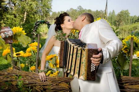 acordeón: novia novio beso con acordeón, foto de la boda horizontal