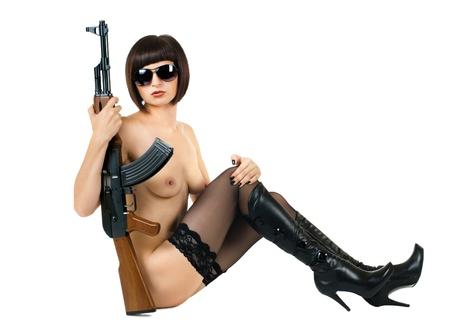 girl sexy nude: sensualidad hermosa chica sexy desnuda con metralleta, sobre fondo blanco, aislado
