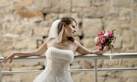 약혼녀: 흰 드레스에 부케와 수평 결혼식 초상화의 beautifull 약혼녀, 부드러운 빛
