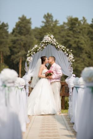 solemnity: felice coppia di sposi sulla solemnization del matrimonio, esterno Archivio Fotografico