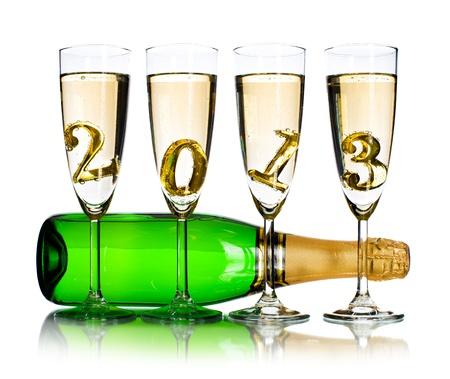 festal: bottiglia di champagne con quattro calice di vetro e la cifra del 2013, le celebrazioni belle foto Nuovo concetto anno, su sfondo bianco, isolato