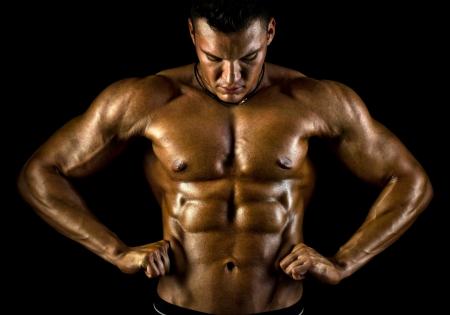 la muy musculoso chico guapo sexy sobre fondo negro, torso desnudo Foto de archivo - 16711237