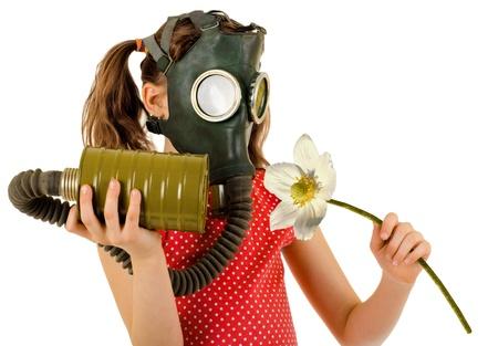 tabaco: niña en máscara de gas, el olor de flor blanca grande, sobre fondo blanco, aislado