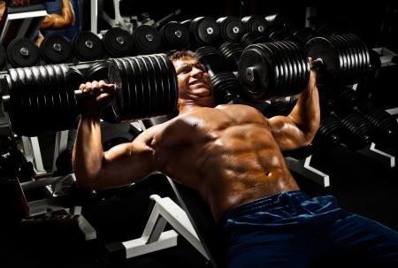 매우 전원 체육 사람, 스포츠 홀에서 아령으로 운동을 눌러 실행 스톡 콘텐츠