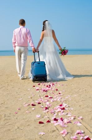 행복한 신혼 부부는 바다에 신혼 여행을 갈