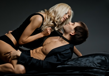 man and woman sex: мышечной красивый сексуальный парень с довольно женщиной, на темном фоне, гламур света