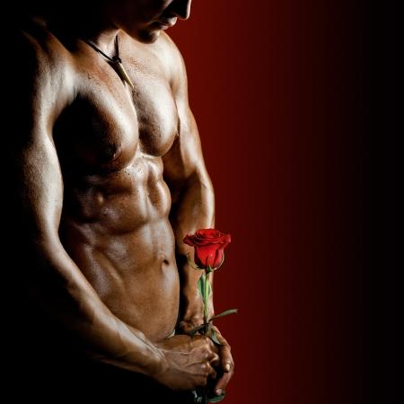 hombre desnudo: la muy musculoso chico guapo sexy sobre fondo negro, torso desnudo